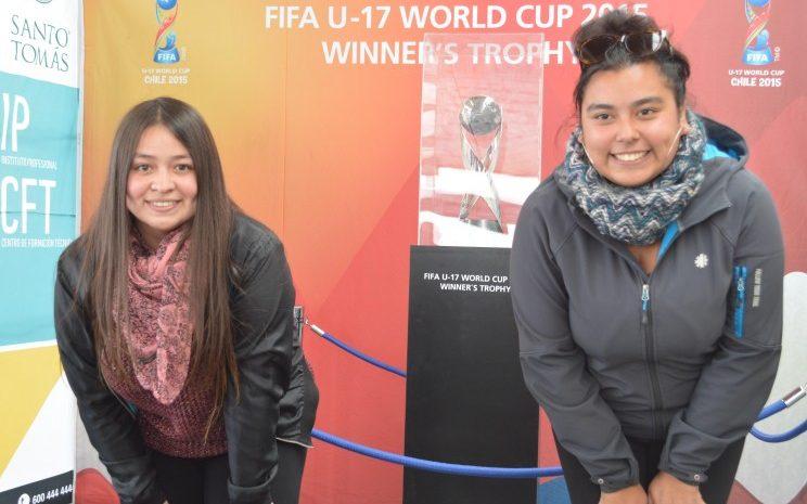 Alumnas de Santo Tomás junto a trofeo del mundial