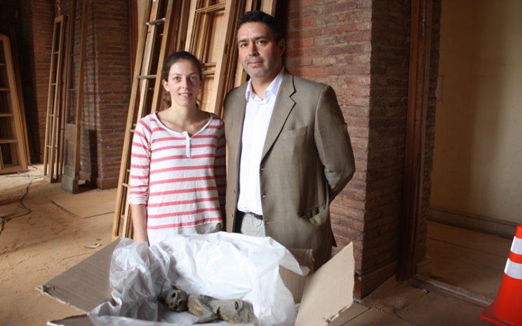 Dr. Óscar López junto a Rosa María Ballesteros y gato momificado