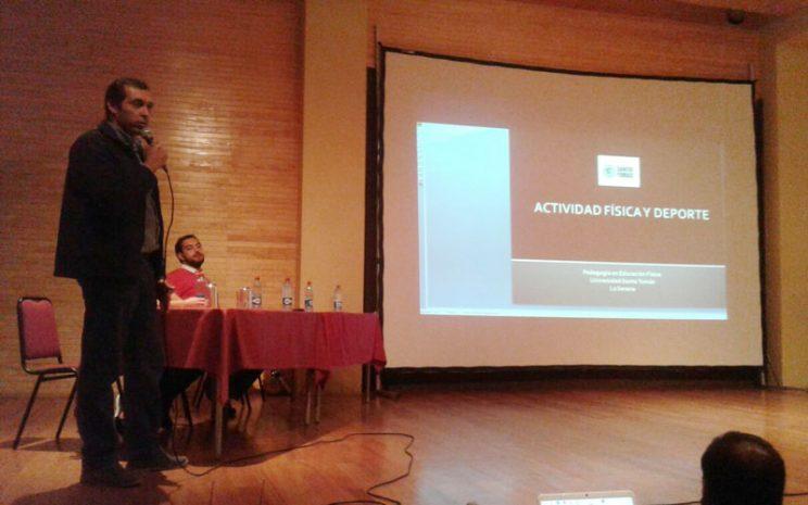 Carlos Munizaga entregando su charla en auditorio del colegio.