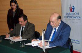 José Weinborn, rector de Santo Tomás Viña del Mar, y Omar Morales, director regional del Registro Civil, durante la firma del convenio.