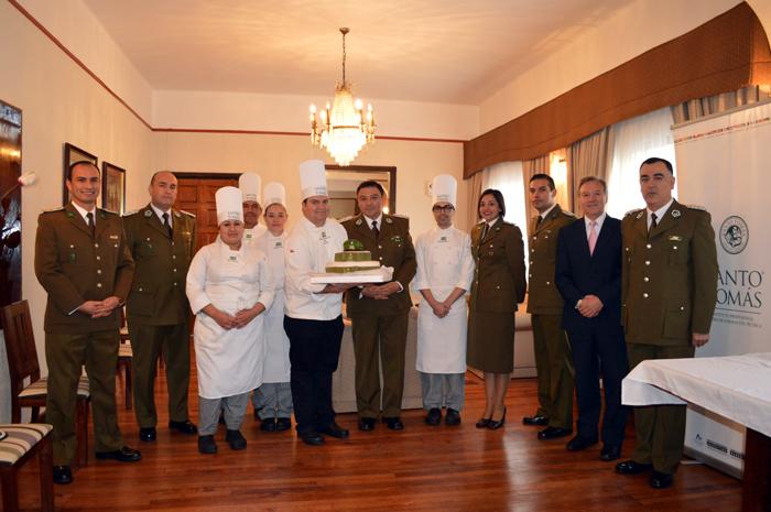 Carabineros recibe la torta de los alumnos de Técnico en Gastronomía Internacional y Tradicional Chilena.