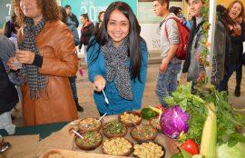 Asistentes degustando comida típica