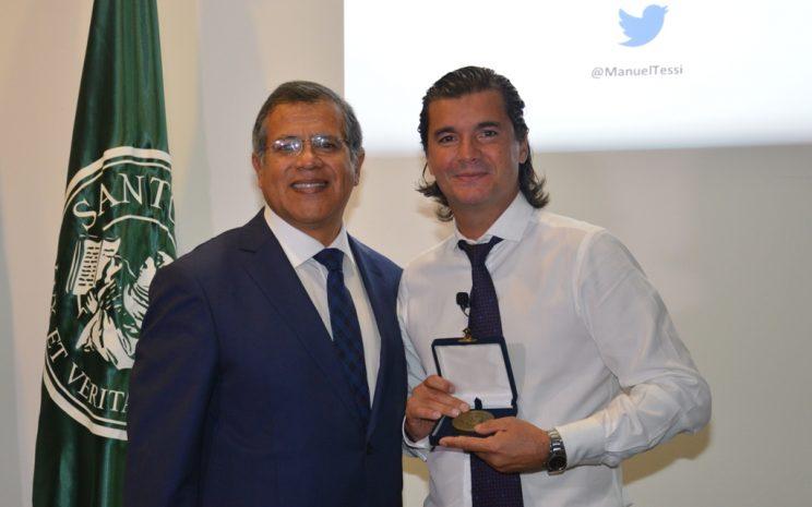 Entrega de reconocimiento a Manuel Tesi por parte de rector sede.