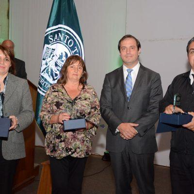 Rector Nacional del Centro de Formación Técnica e Instituto Profesional, junto a tres colaboradores de la sede distinguidos con el premio al Mérito Santo Tomás.