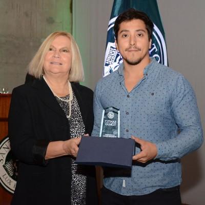 Directora Académica UST junto a joven premiado como mejor egresado.