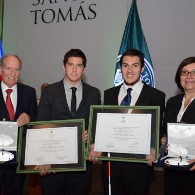Rector y Directora Formación General, junto a alumnos distinguidos con el Premio Sello Santo Tomás.