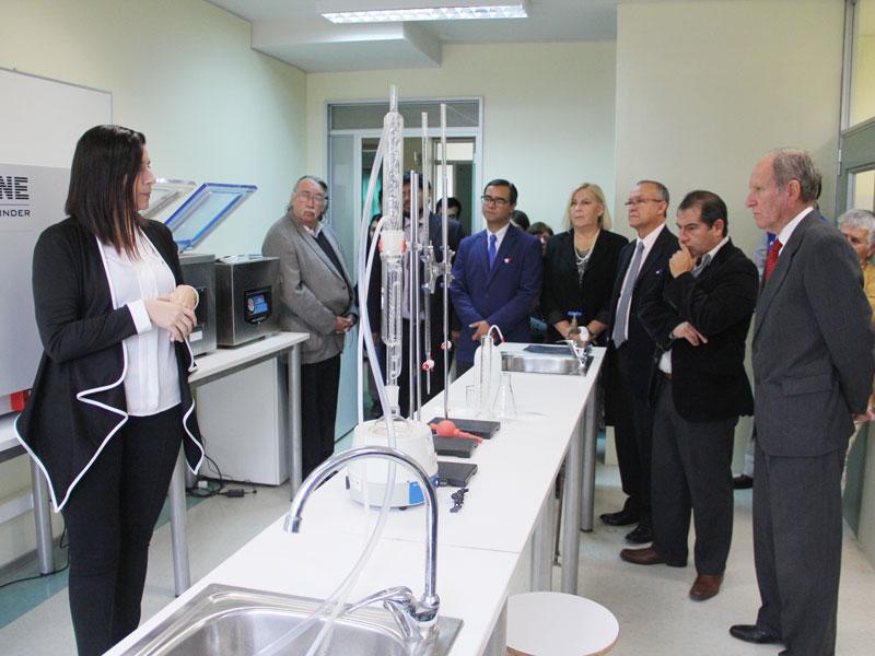 Viviana Arias muestra otro instrumental de laboratorio UST La Serena.