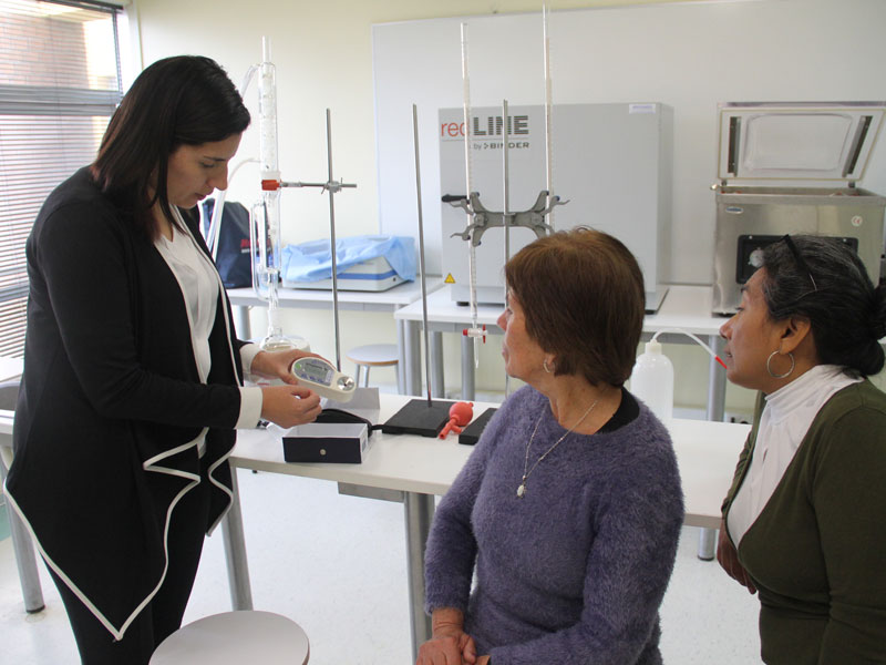 Docente Viviana Arias explica detalles del laboratorio a beneficiarias de proyecto.