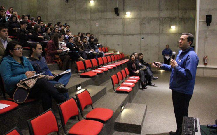 Jorge Franco se dirige a los estudiantes que observan sentados su presentación.