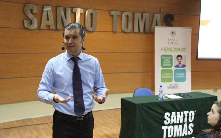 El charlista, Manuel Tessi, le habla a la concurrencia del seminario.