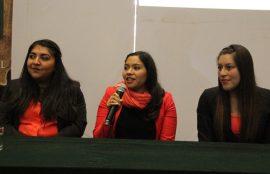 Las tres estudiantes hablan durante el seminario.