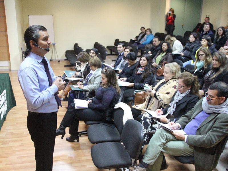 El charlista, Manuel Tessi, habla de pie delante de la audiencia.