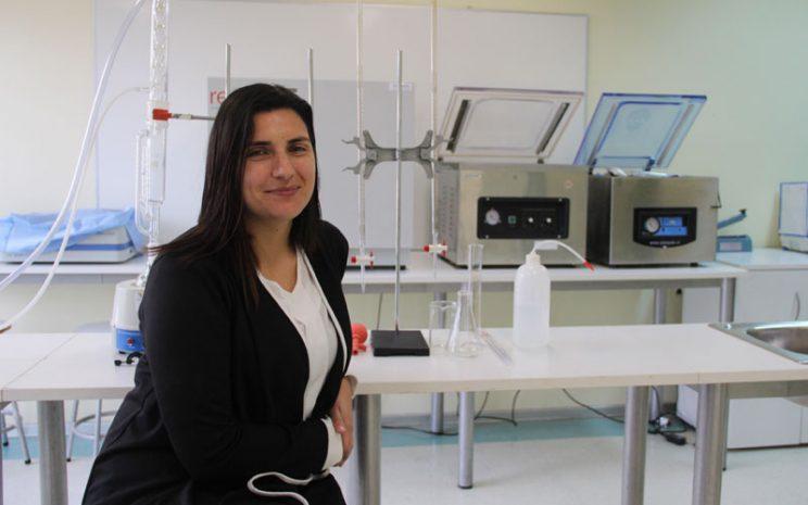 Docente Viviana Arias sentada en Laboratorio de Alimentos UST
