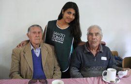 Darlenih junto a dos adultos mayores.