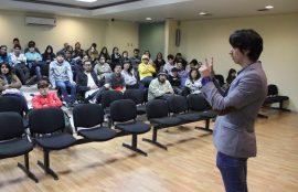Matías Esquivel entrega su charla a la audiencia.