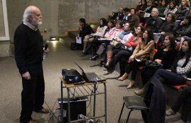 Sergio Canals, ubicado a la derecha del cuadro, expone a la audiencia.