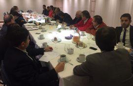 Los docentes participan de una reunion en Argentina, sentados en una gran mesa.