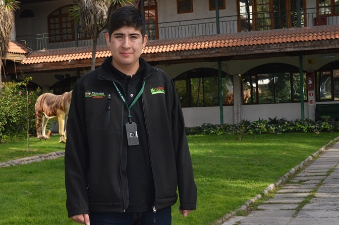 El ex alumno del CFT Santo Tomás Puente Alto, José Lefiñanco, quien hoy trabaja en el programa municipal de apoyo a pacientes con dependencia.