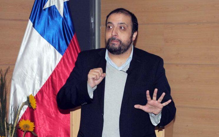 Juan Saavedra, Trabajador Social y Doctor en Ciencias Humanas.