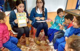 Dos alumnas desarrollan un trabajo grupal con los pequeños.
