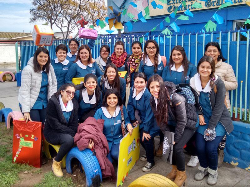Foto grupal de las estudiantes y la docente en el frontis de la escuela de lenguaje.