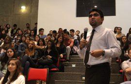 El Coordinador Nacional de Enfermería, Marcelo Lizana, en primer plano, se dirige a la audiencia que observa la presentación.