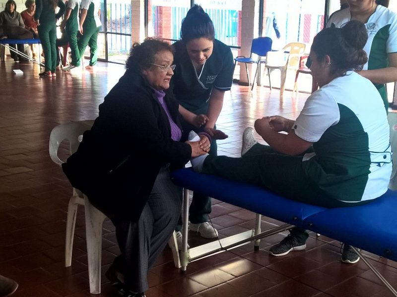 Los cuidadores de la Fundación Amor al Postrado aprendieron técnicas de aseo, confort y movilización, mediante ejercicios prácticos.