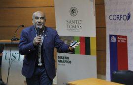 Charlista Alejandro Osorio, micrófono en mano, durante su exposición.
