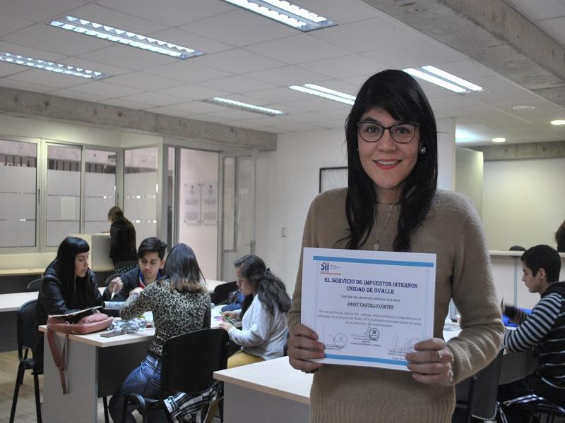 Daisy Castillo titulada de Técnico en Administración de Empresas recibió un reconocimiento especial del Servicio de Impuestos Internos por labor en Operación Renta 2016