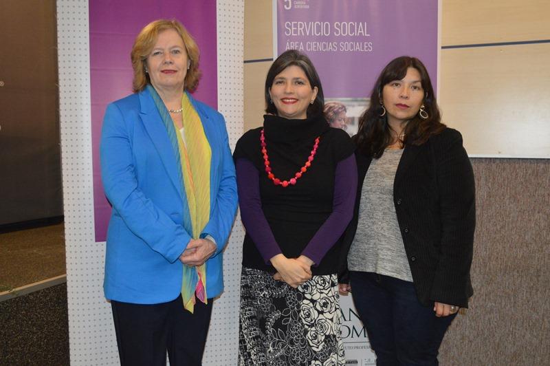 La rectora de Santo Tomás Temuco, Rosemarie Junge, la directora regional del Sernameg y la jefa de carrera de Servicio Social Alejandra Santana
