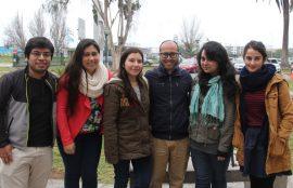 Estudiantes que participaron de la feria de salud mental junto al profesor José Shu (cuarto de izquierda a derecha).