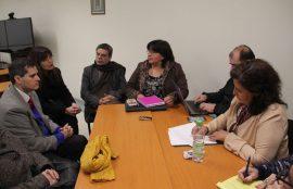 Grupo de seis investigadores intercambia opiniones en una de las mesas de trabajo.