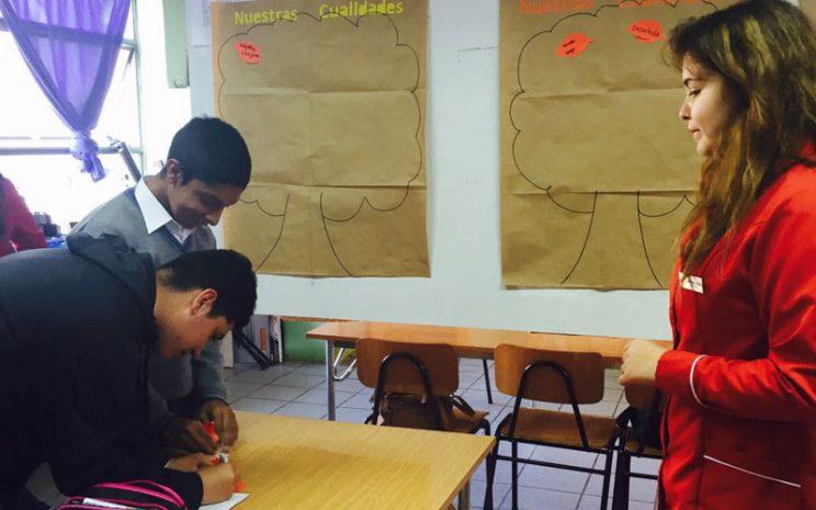 Una de las estudiantes supervisa el trabajo con los estudiantes.
