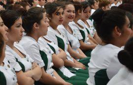 Estudiantes de Santo Tomás Puente Alto se muestran sonrientes durante la ceremonia de investidura.