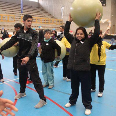 Un estudiante supervisa las actividades con balón que realiza una de las participantes. .