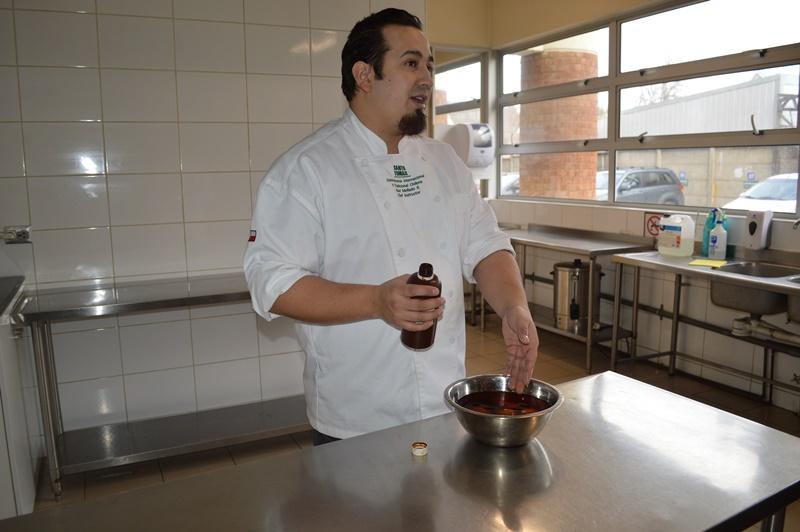 Raúl Mellado, capacitando a los menores en higiene