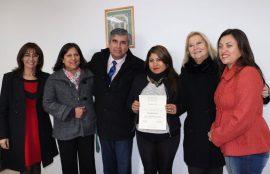 Dirigenta de Vicuña recibe su certificado junto a alcalde, directora académica UST y otros invitados a la actividad.