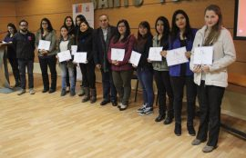 Grupo de 8 estudiantes certificados junto a sus diplomas.
