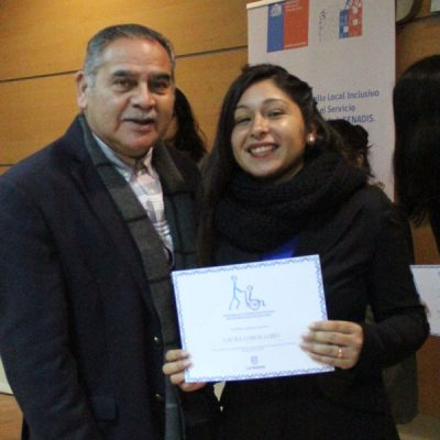 Alumna certificada junto a concejal Lombardo Toledo.