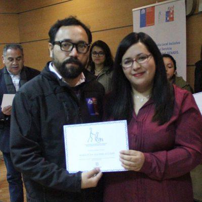 Estudiante certificada junto a representante de SENADIS.,