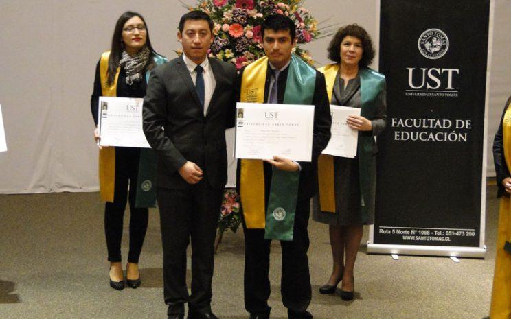 Director de Magíster junto a estudiante certificado.