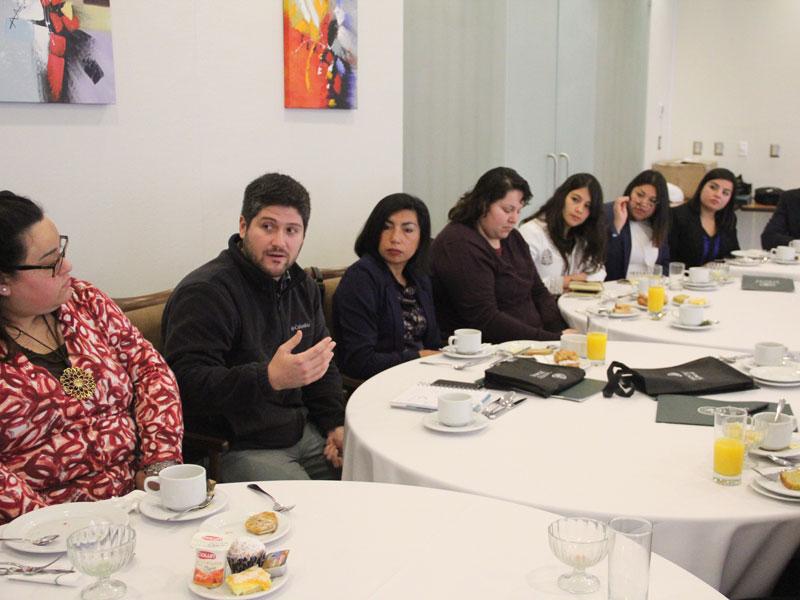 El emprendedor Nicolás Morales cuenta su experiencia a los egresados.