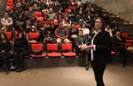 Una de las conferencistas presenta su ponencia delante del público.