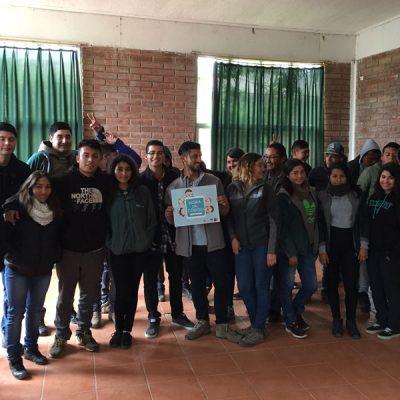 Foto grupal de alumnos y escolares.