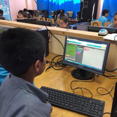 Un alumno programa en su computador.