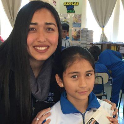 Foto de Alumna colegio y estudiante Informática., quienes sonríen a la cámara.
