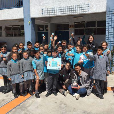Grupo de escolares participantes en el patio de su colegio.