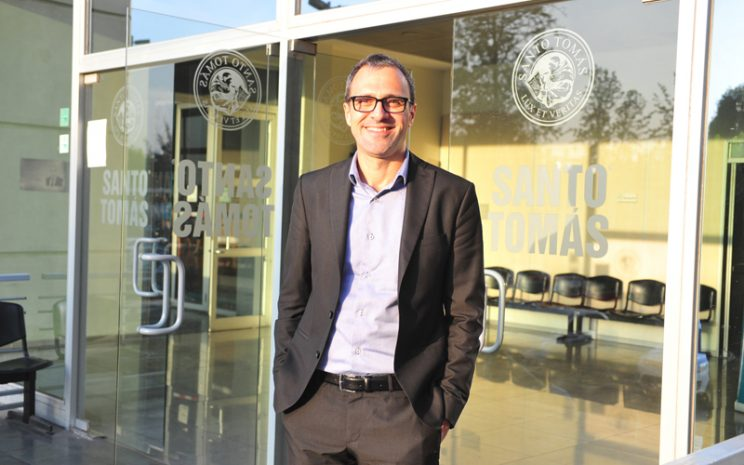 El director de comunicaciones del Mundial de Fútbol de Brasil 2014 y consultor para la postulación que ganó Brasil para ser sede de los JJ.OO. de Río 2016, Saint-Claire Milesi, visitó el Instituto de Ciencias del Deporte de la Universidad Santo Tomás para contar su experiencia a los alumnos.
