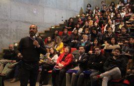 Uno de los conferencistas del seminario expone ante el público. m