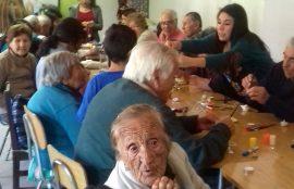 Adultos mayores durante el taller con los alumnos.